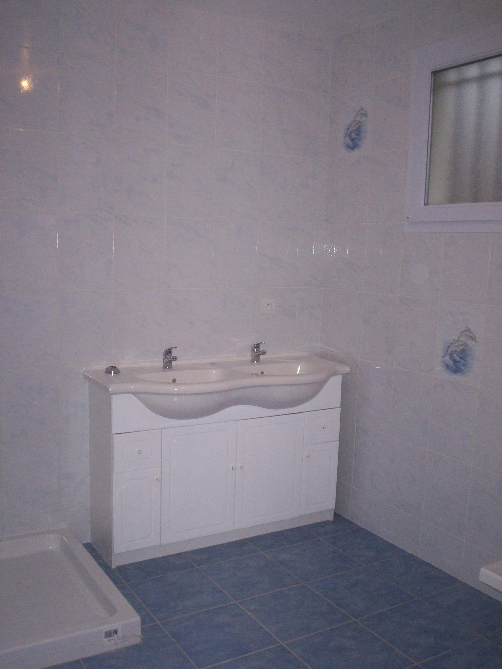 Fraiche salle de bain avec faience bleu id es de design for Faience salle de bain bleu et blanc